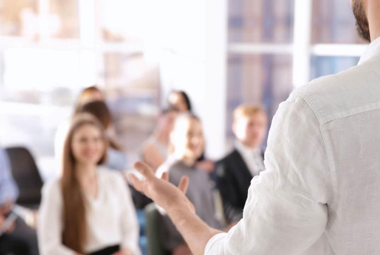 orateur devant son public pendant une conférence