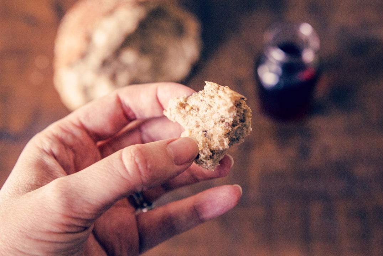 main tenant un morceau de pain pendant la Saint Cène