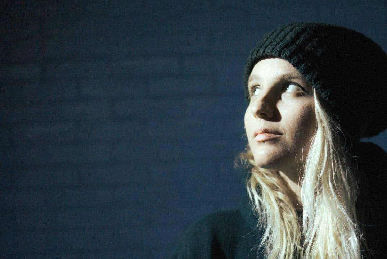 jeune femme regardant vers la lumière