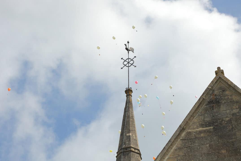 clocher de l'église de Compiègne et lâché de ballons multicolor