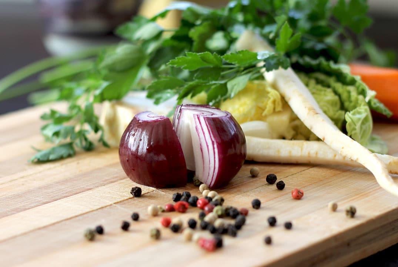 légumes et épices sur une planche de bois