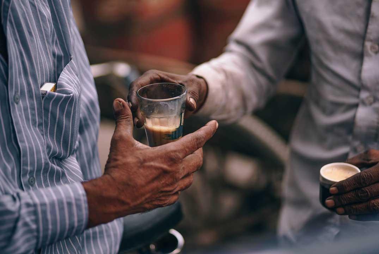 homme apportant un café à un autre