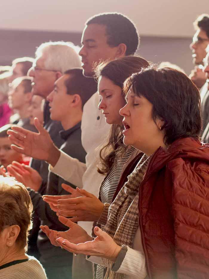assemblée en prière et dans la louange pendant un culte