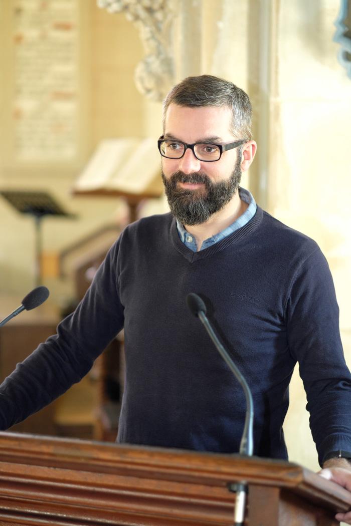 Le pasteur Nicolas Farelly apportant une prédication