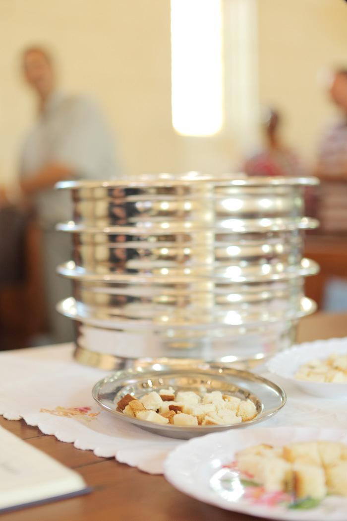 pain et coupelles pendant la sainte cène à l'EEBC