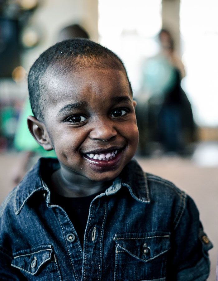 petit garçon noir souriant
