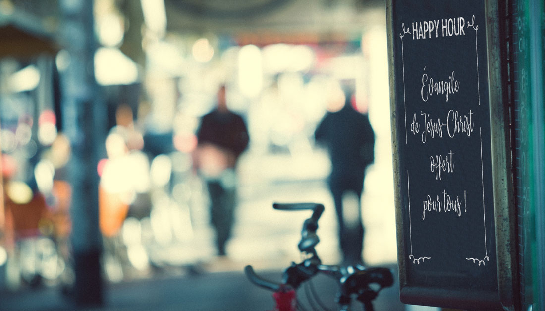 silhouettes floues dans une rue