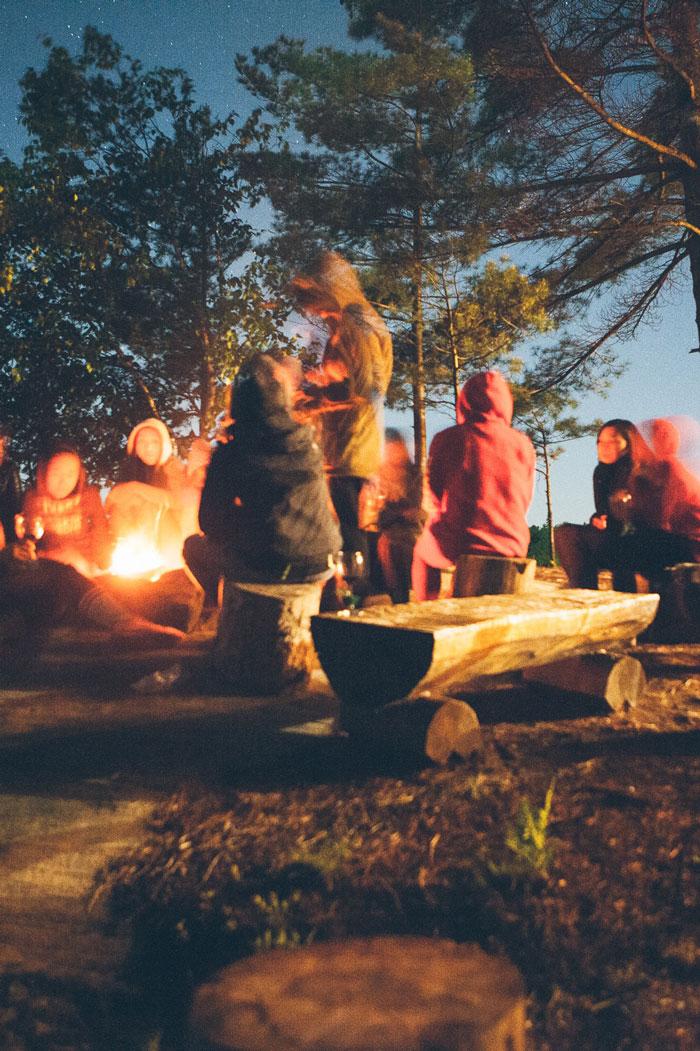 scouts ressemblés autour d'un feu la nuit