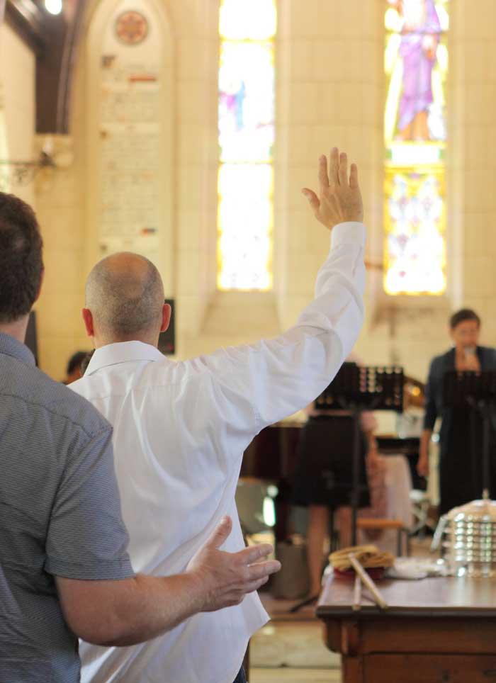 louange et prière pendant un culte à l'EEBC