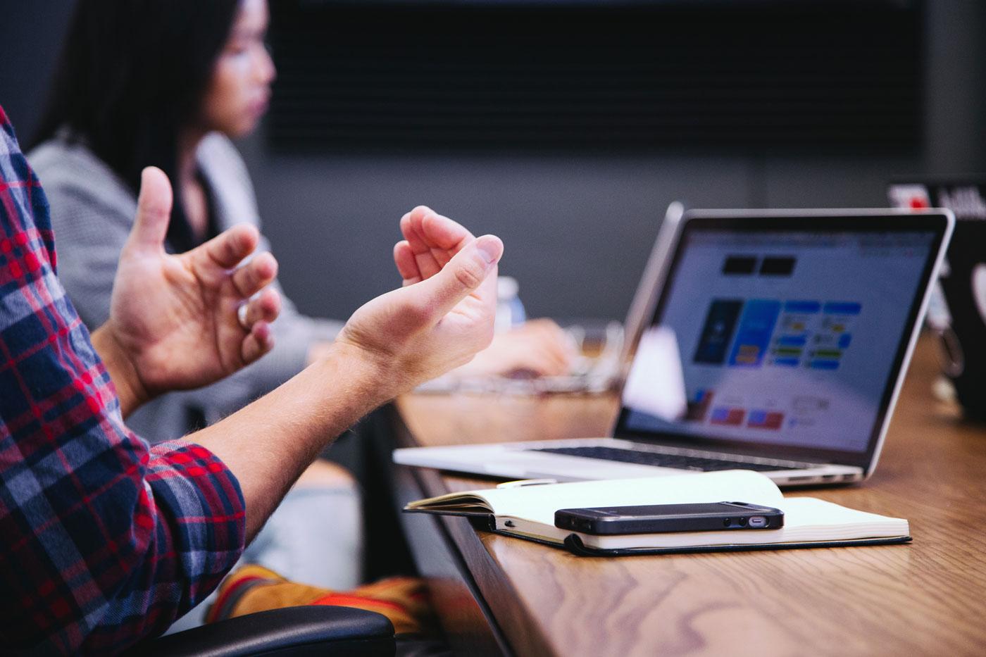 réunion de travail avec ordinateur et bloc-notes